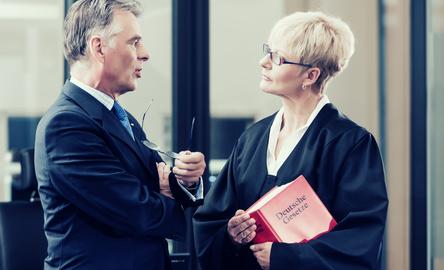 AGH Hamm: Das Tragen einer bestickten Robe verstößt gegen das Berufsrecht
